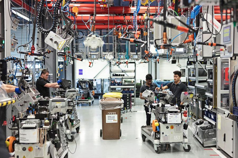 Der højt til loftet og meget lyst i samlehallen, hvor hver mekaniker skubber sin motor rundt på specielle vogne. Her er ingen robotter, for alt klares med hænderne.
