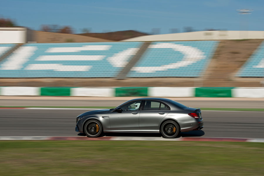 På racerbanen opfører E-Klassen sig som en rendyrket sportsvogn. Det intelligente 4MATIC+ firehjulstræk giver et imponerende greb og sender effektivt de mange kræfter ned i asfalten.