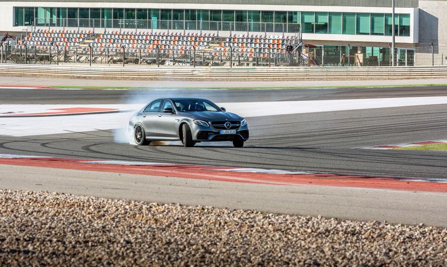 I DRIFT mode deaktiveres firehjulstrækket, hvilket forvandler AMG E 63 S 4MATIC+ til en vild og voldsom baghjulstrækker. En feature, som kun bør anvendes på en lukket bane...